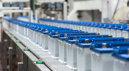 Conveyor with two rows of VARTA® batteries